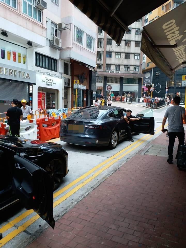 有電動車駛至中環時疑無電「跪低」,致交通嚴重擠塞。網民Nelson Chan在/ 香港突發事故報料區 fb群組