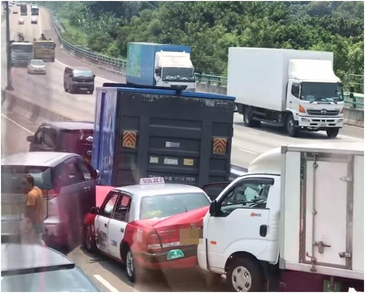 涉及的車輛包括的士、私家車、七人車及貨車。Sam Lin影片截圖