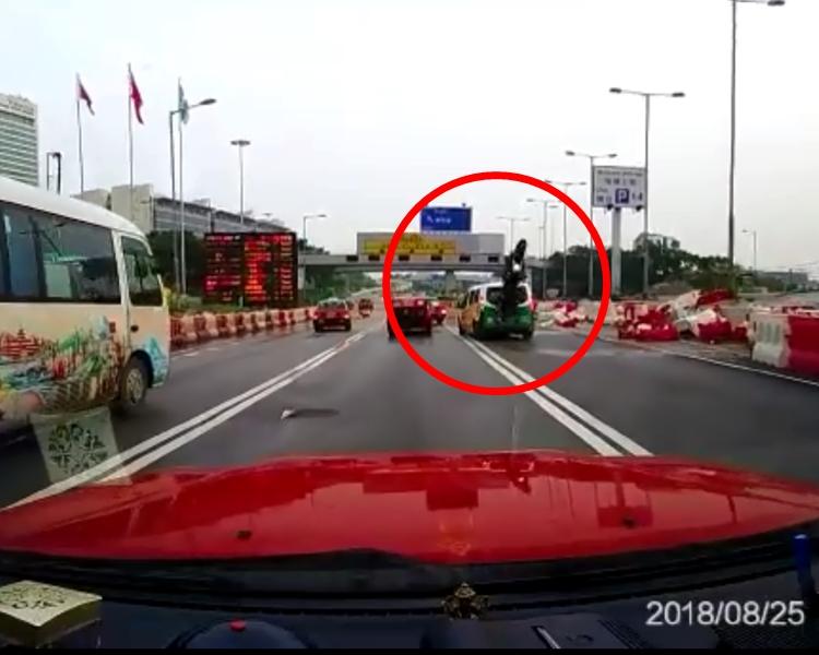 一輛電單車疑似未能及時刹車,撞到的士後,連人帶車360度反轉並倒下。網上截圖
