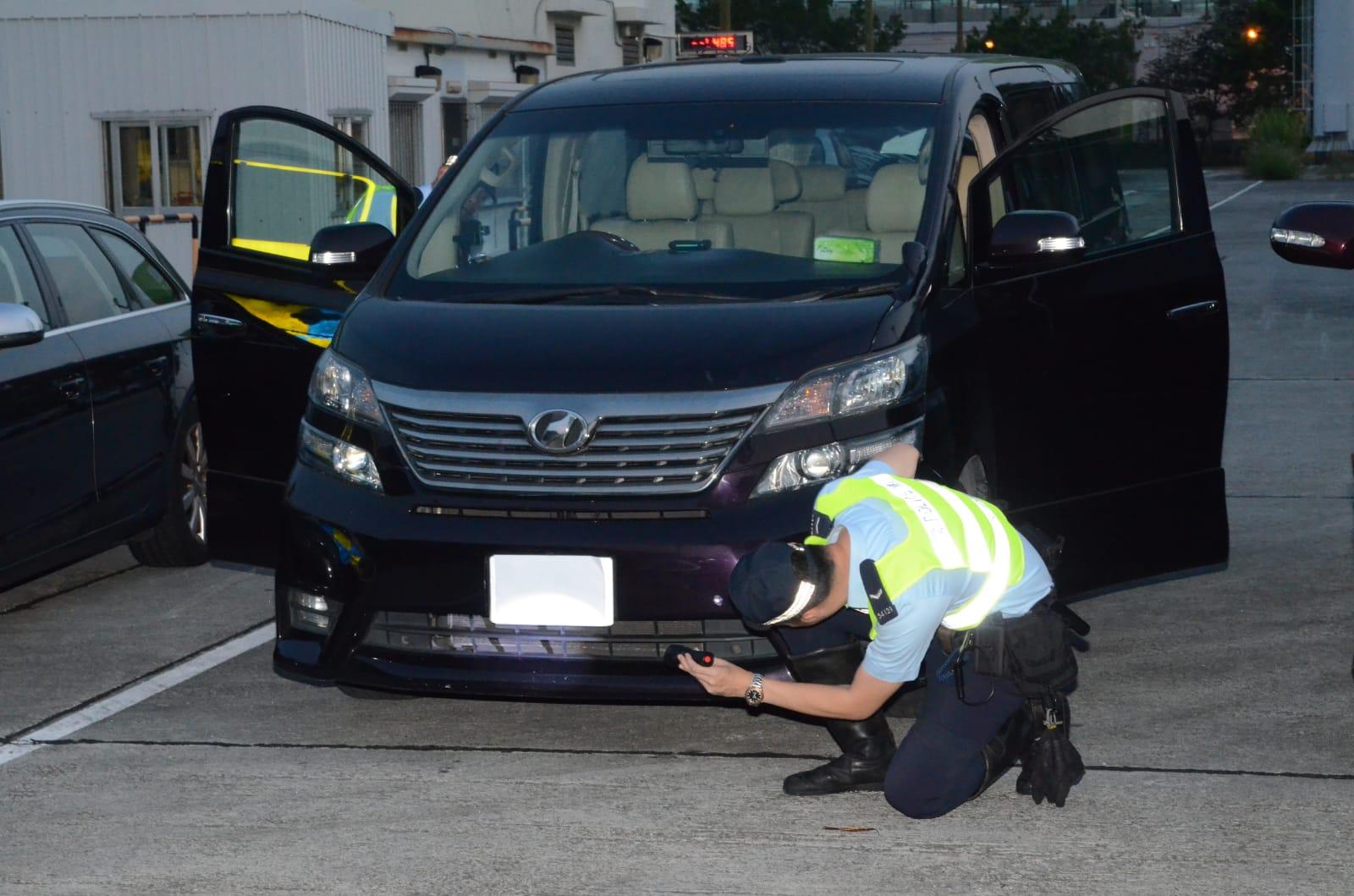 警方放蛇打擊「白牌車」,租用3輛私家車,分別由荃灣前往荃灣關門口街一間酒店、汀九一間酒店及機場。