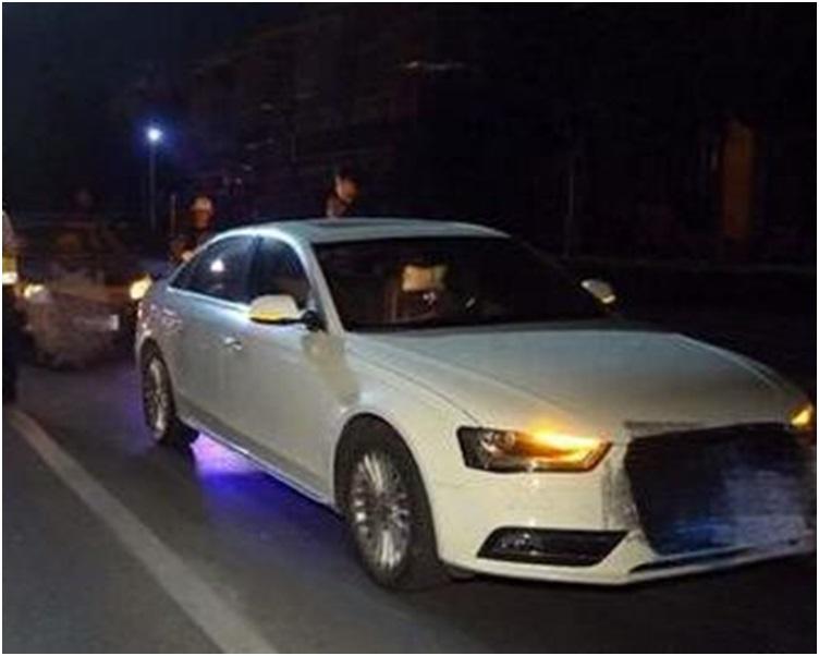 因接電話車子在路口與一輛停紅燈的私家車相撞。