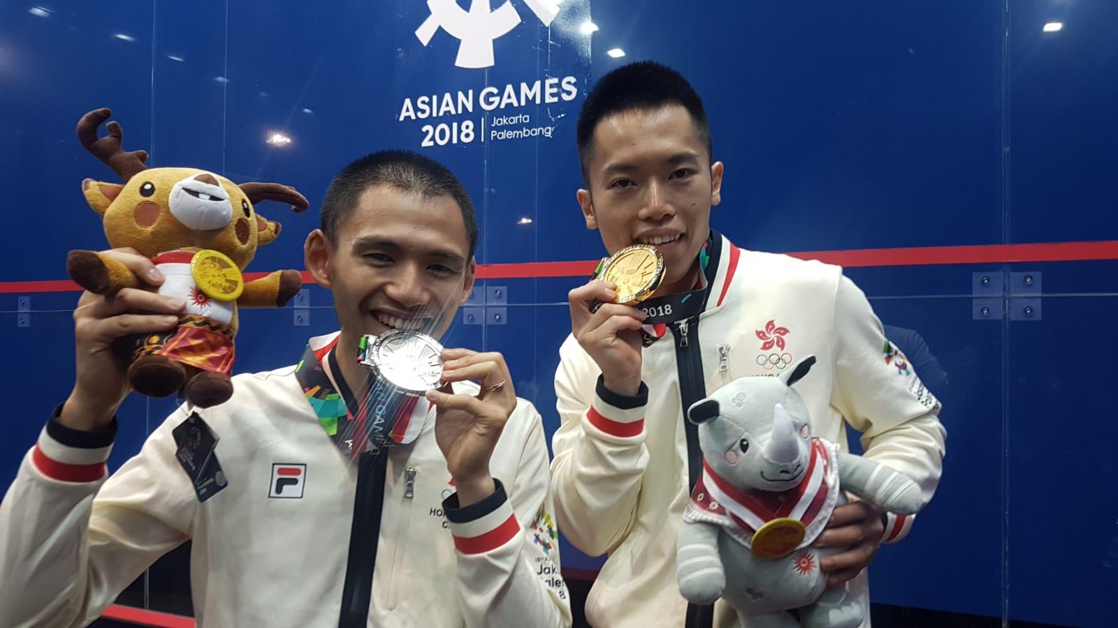 歐鎮銘(右)以局數3:1,擊敗李浩賢(左)奪金,是港隊歷史性包攬壁球男單金銀牌。香港壁球總會提供
