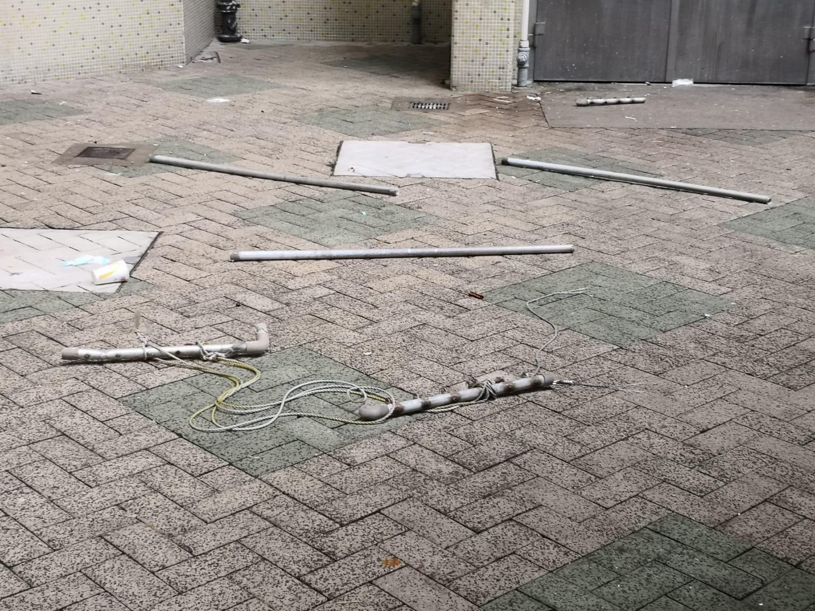事主壓毀多個曬衫架直墮地面。