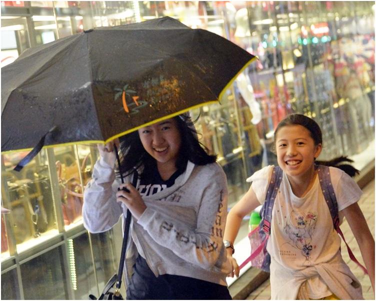 明日多雲,間中有驟雨及有幾陣狂風雷暴,稍後雨勢有時頗大。