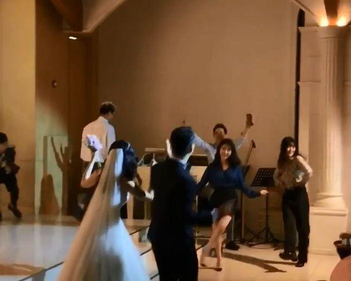 IU又唱又跳。