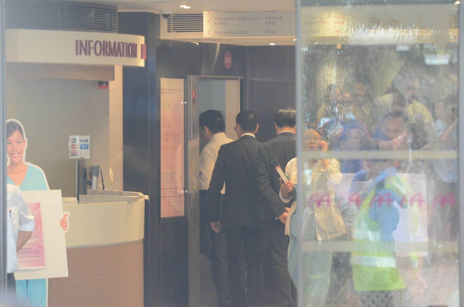 郭炳湘入院後家人前去探望。