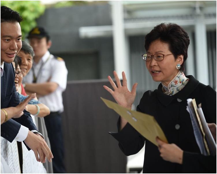 林鄭月娥出席立法會前接收請願信。