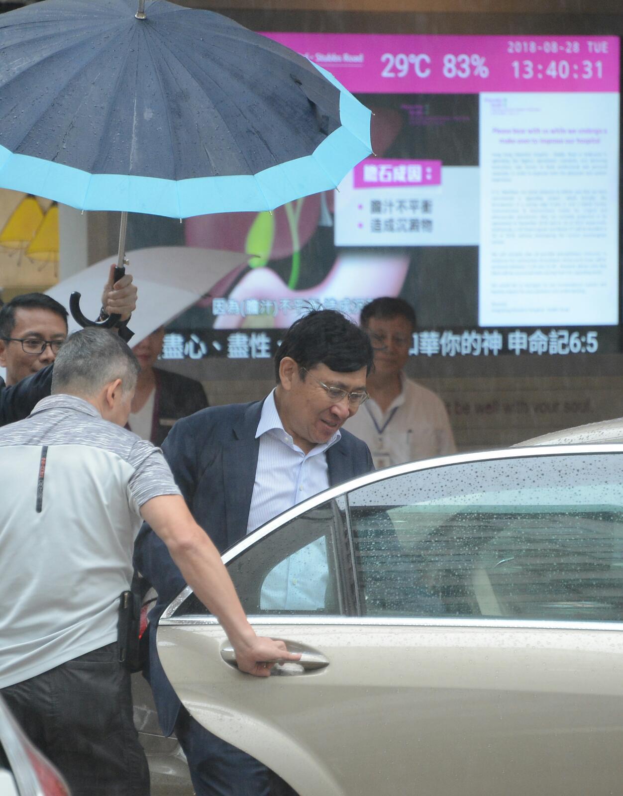 郭炳聯早上8時許到醫院探望。