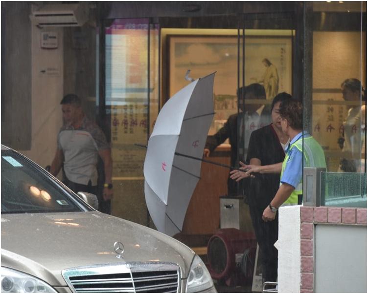 郭炳聯約下午1時40分離開港島港安醫院。