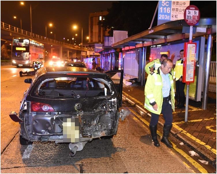 私家車車頭及車尾嚴重損毀。
