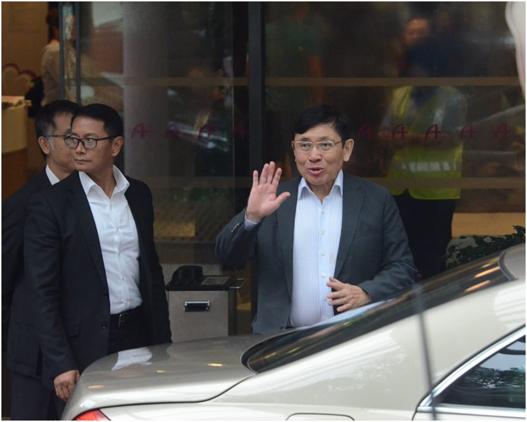 郭炳聯離開時向記者說兄長佢瞓緊覺。