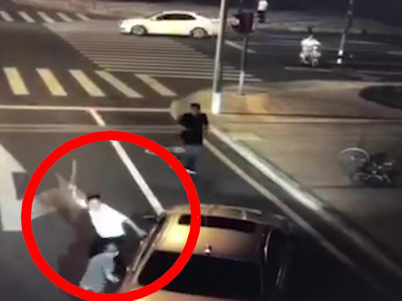 騎車男拾起長刀,向「寶馬男」還擊將其殺害。(網圖)