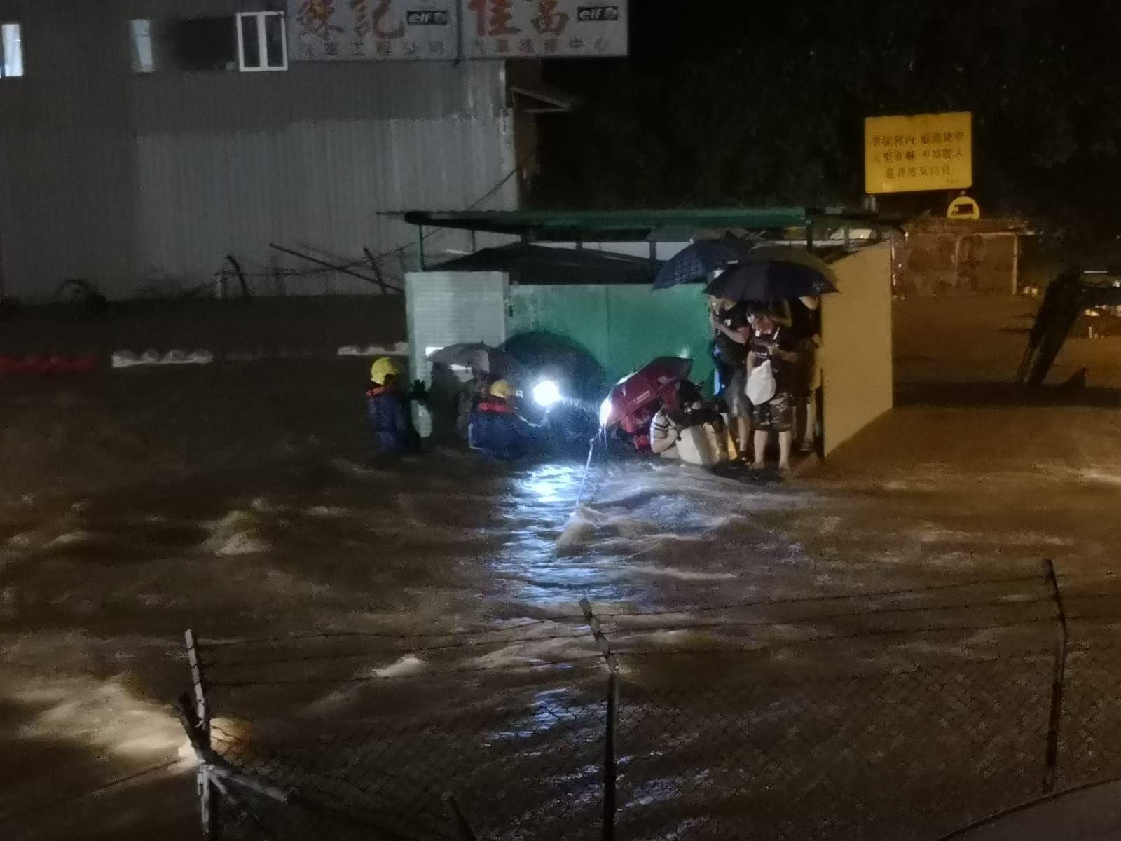 多名村民被困垃圾站,需由消防員拉起救生繩迎救。讀者提供