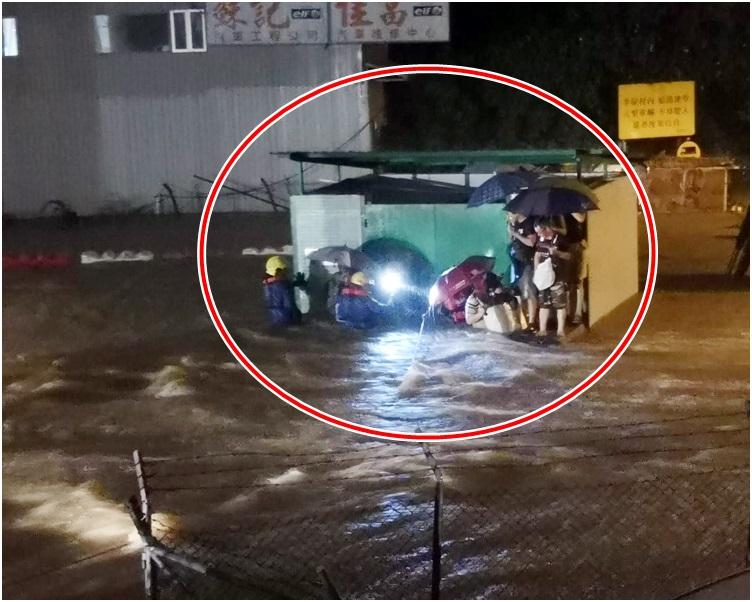 多名村民被困垃圾站,需由消防員拉起救生繩迎救(紅圈示)。讀者提供