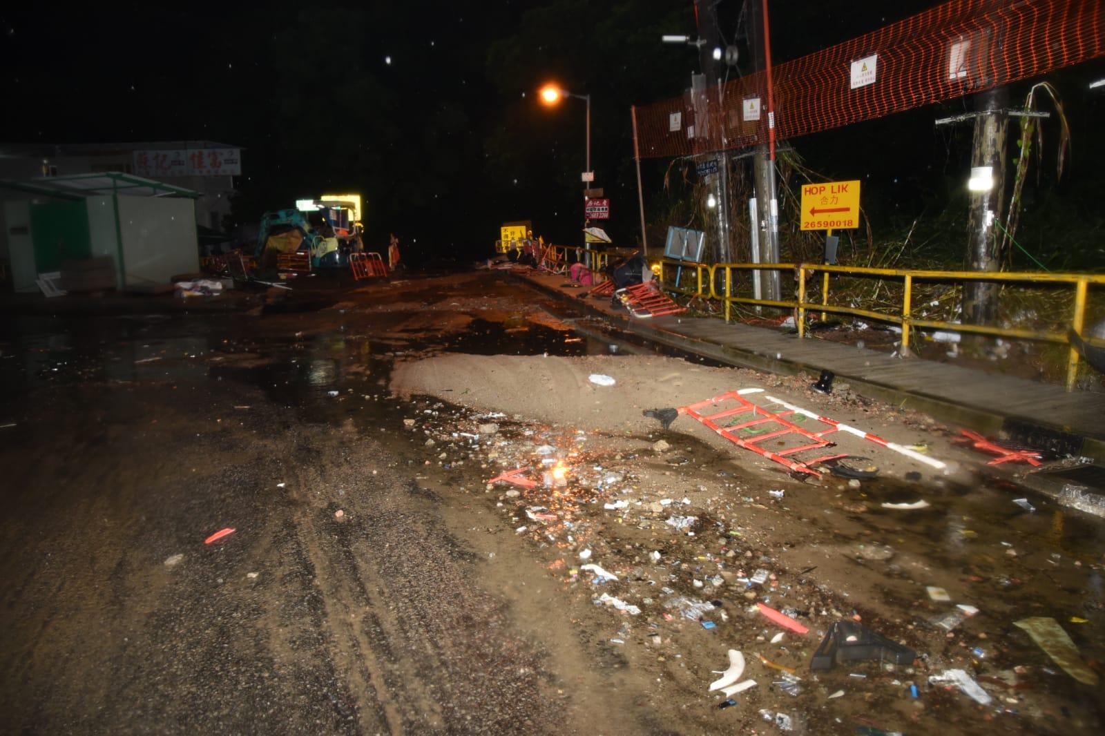 水退後見到村內路面被洪水沖毀,留下一地沙石。