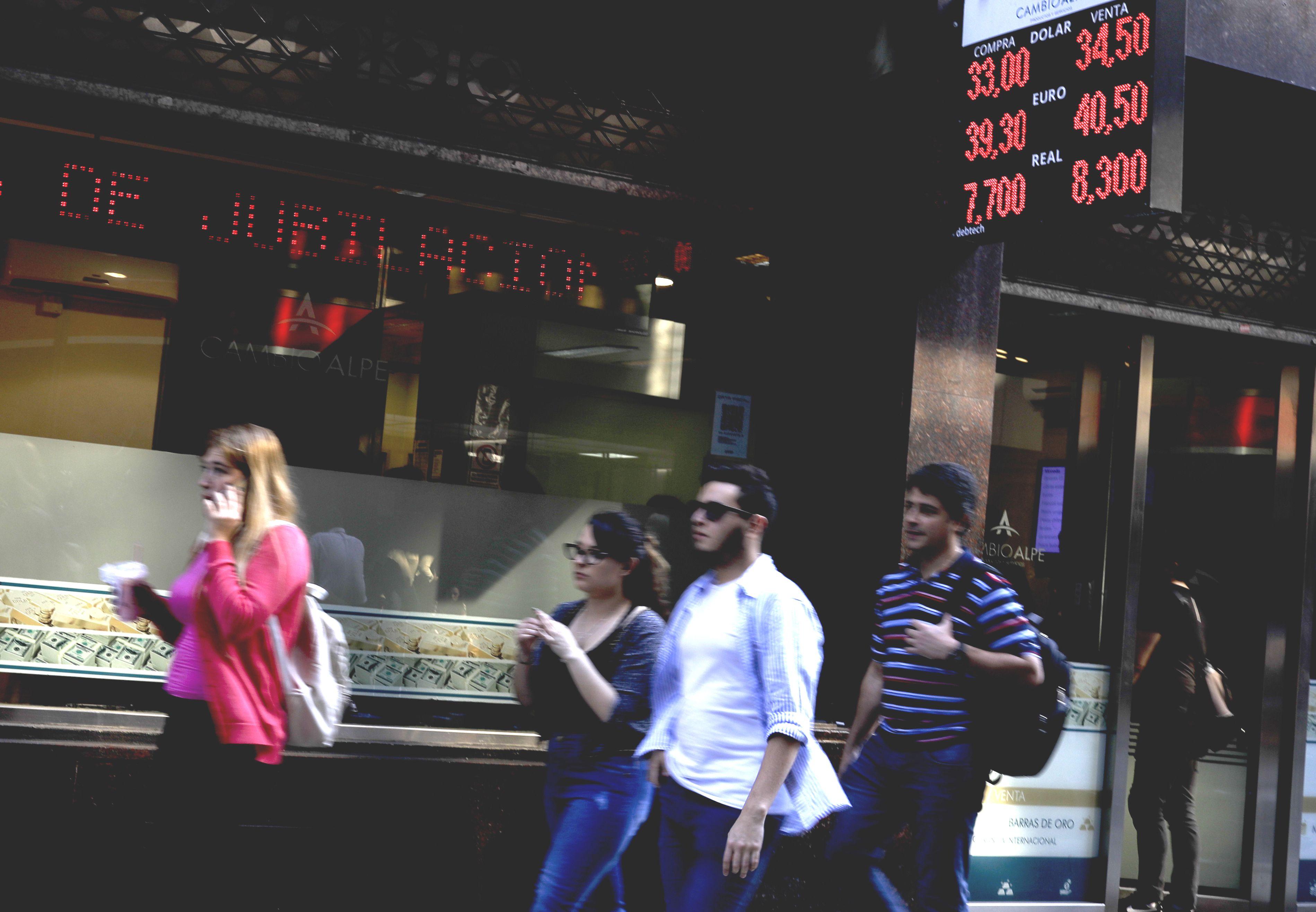 阿根廷經濟危機惡化,政府於周三突然要求國際貨幣基金會提早發放500億美元應急貸款。AP圖片