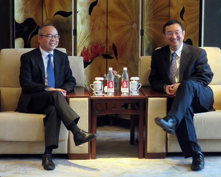 劉江華(左)與雒樹剛會面。政府新聞處圖片