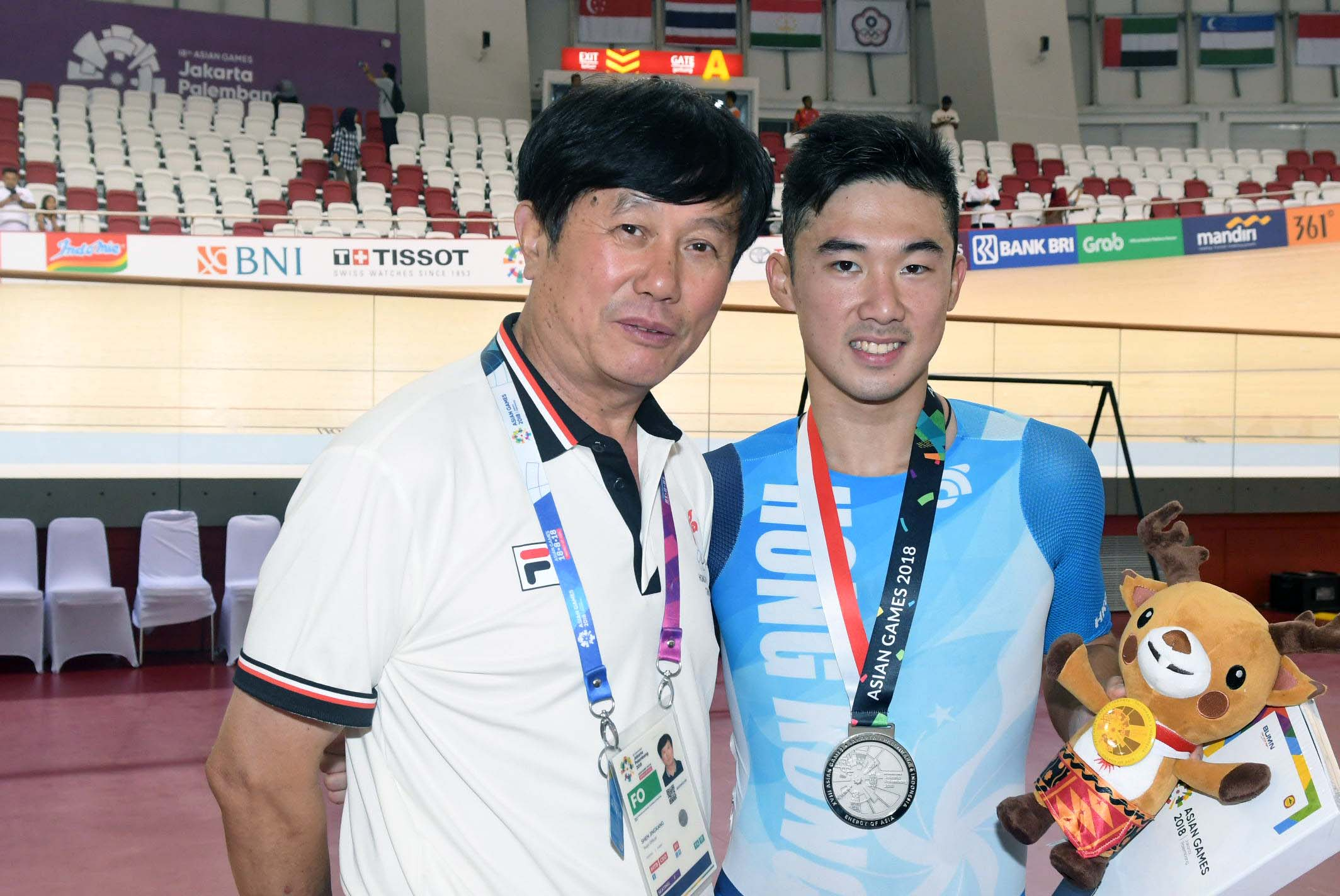 梁峻榮(右)賽後與港隊總教練沈金康分享喜悅。