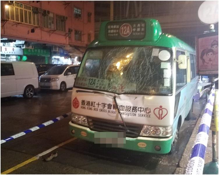 被事主壓中的專線小巴,車頭及擋風玻璃損毀。
