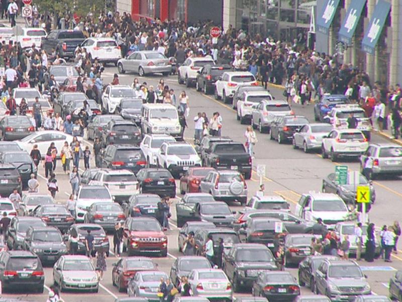 多倫多大型購物商場發生槍擊案後,大批市民湧出商場。(網圖)
