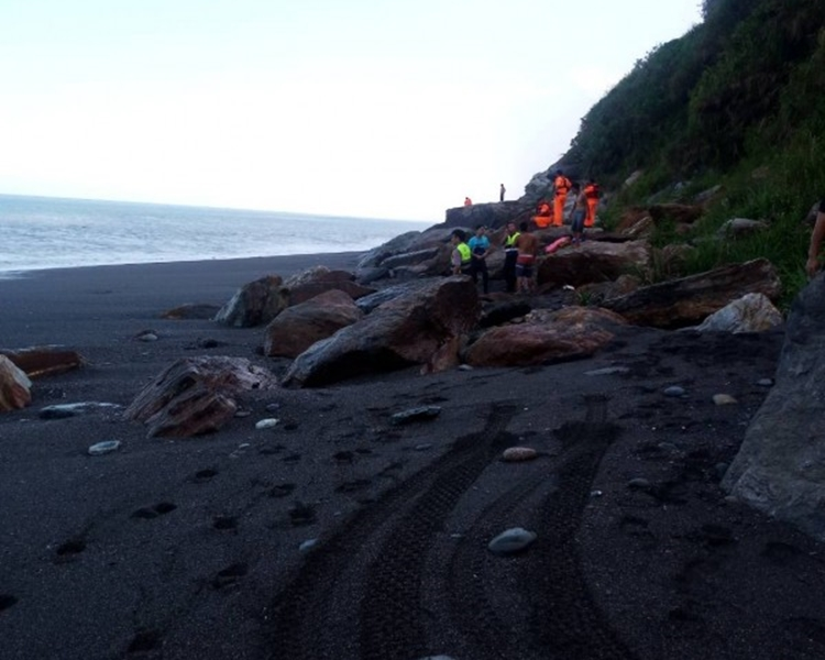 救援人員在現場搜救。網圖