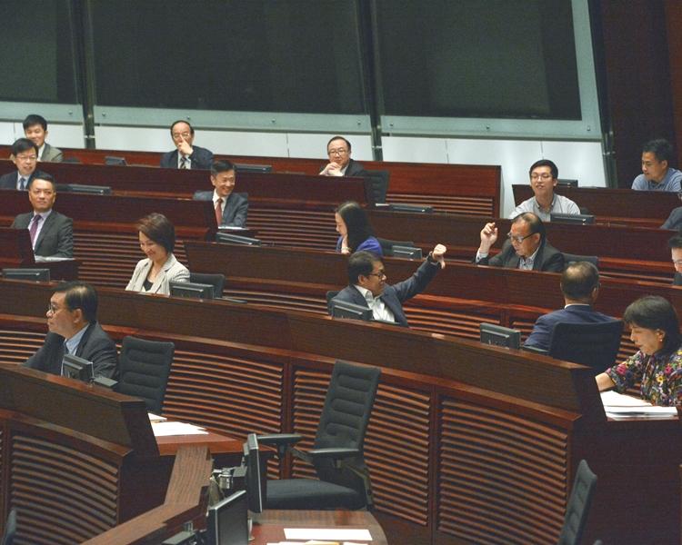 建制派議員曾建議將不檢點議員逐出會議廳後,下次不得出席。資料圖片