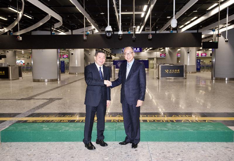 陳帆(右)和廣東省人民政府副秘書長林積(左)昨晚(九月三日)在西九龍站舉行的內地口岸區啟用儀式上合照。