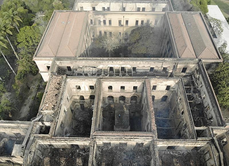 巴西國家博物館發生嚴重大火之後,建築物仍有坍塌風險。(網圖)