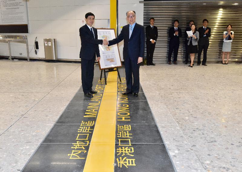 陳帆(右)昨晚(3日)將內地口岸區的圖則交予深圳市人民政府副秘書長楊修友(左)。