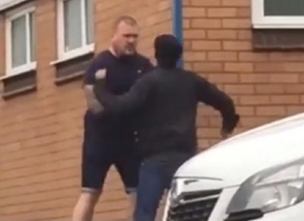 兩名男子在街上發生爭執。(網圖)