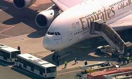阿聯酋航空一架由杜拜飛往紐約的班機上,有逾百名乘客和機組人員於飛行途中身體不適。AP