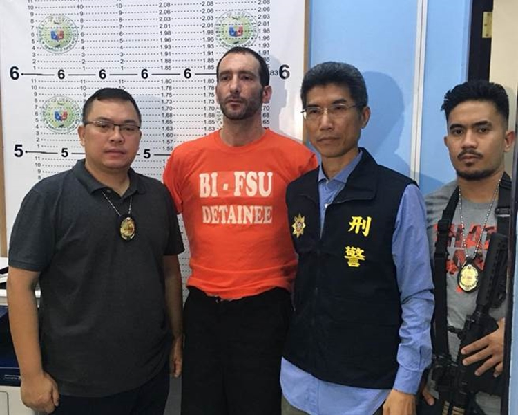 涉案的美籍刺青師孫武生(橙衣)被捕。