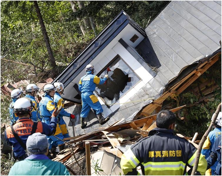 將增派自衛隊員至2萬5000人協助救災。AP
