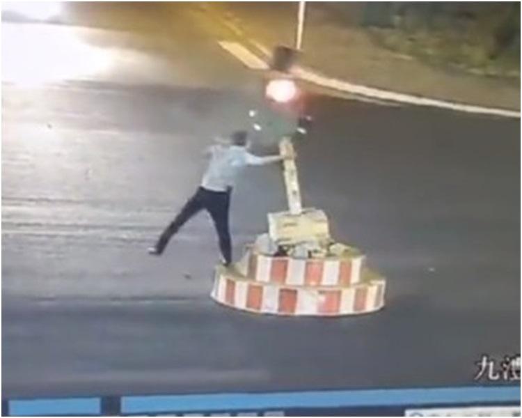 男子用力將紅綠燈扯跌。網圖
