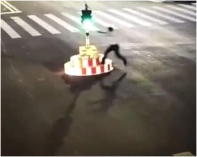 男子跳上紅綠燈基座。網圖