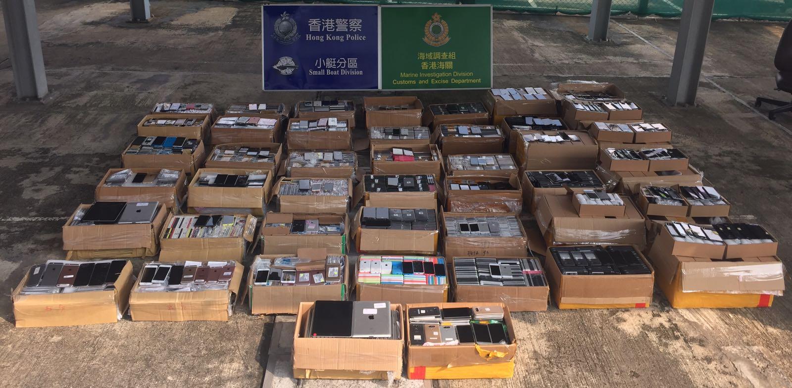 水警及海關在船上檢獲44箱電子零件。水警圖片