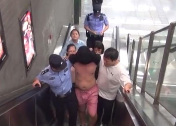 最終,謝男被警員制服帶走。(網圖)