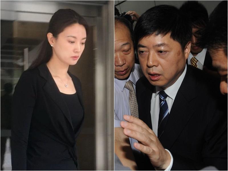 劉希泳(右)死亡案開審,遺孀央視著名主持人劉芳菲也到庭旁聽,高舉亡夫遺像伸冤(左)。資料圖片