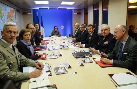 法国国防部长帕利(左二)。