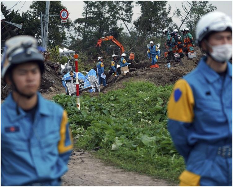 救援人员把握黄金72小时搜索失蹤者。