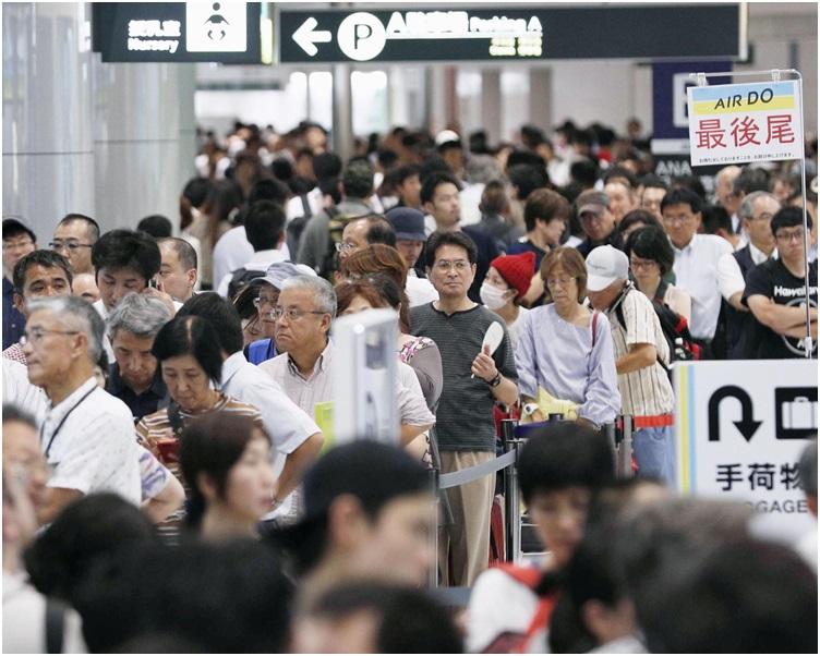 新千岁机场今日恢复国际航班服务,大批旅客涌到机场等候。