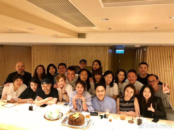 袁詠儀圈中的一班好友為她補祝生日。袁詠儀微博圖片