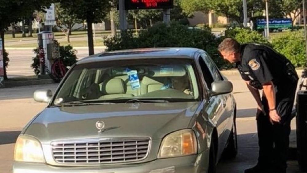 警员自掏腰包为老妇的座驾入油。(网图)