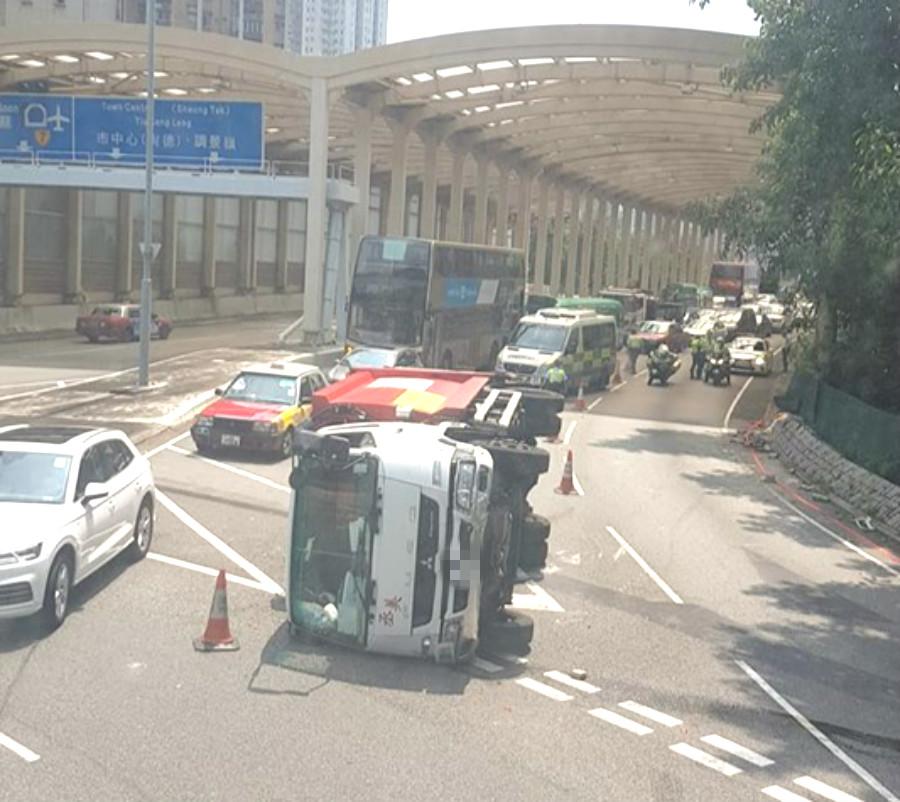 垃圾車失事。網民Daniel Cheng在馬路的事討論區圖片
