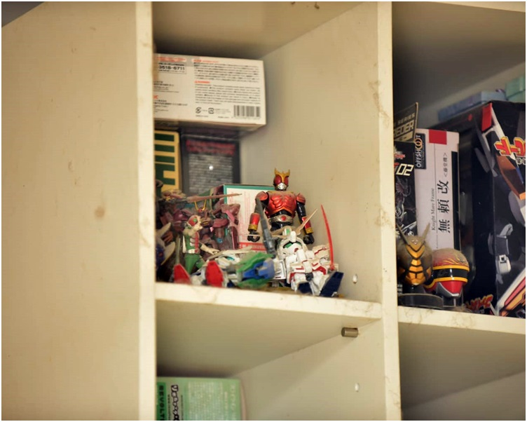 飾物櫃上放滿模型。