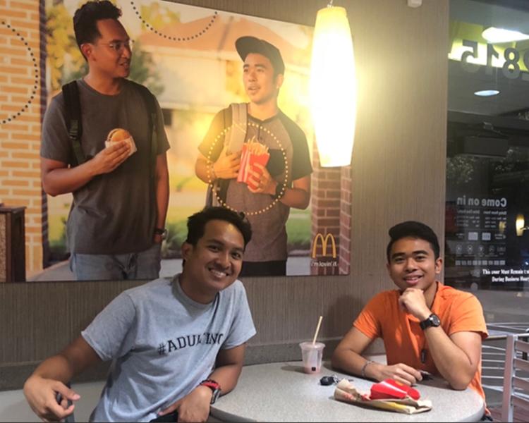 Jevh Maravilla和朋友把自製的假海报贴在麦当劳餐厅内。网图