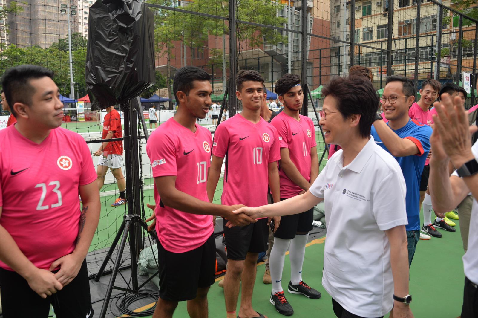 林鄭月娥(白衣)與球員握手。