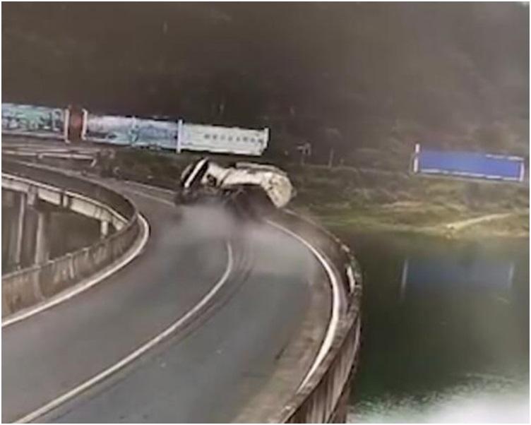 水泥車爆胎撞毀橋護欄翻側在路面上。網圖
