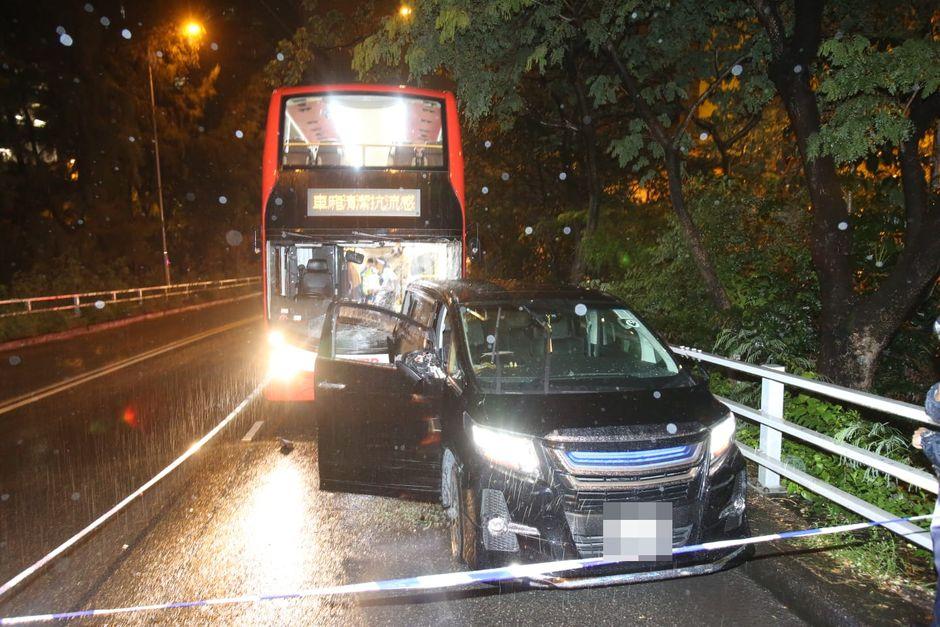 七人車車門玻璃爆裂。徐裕民攝