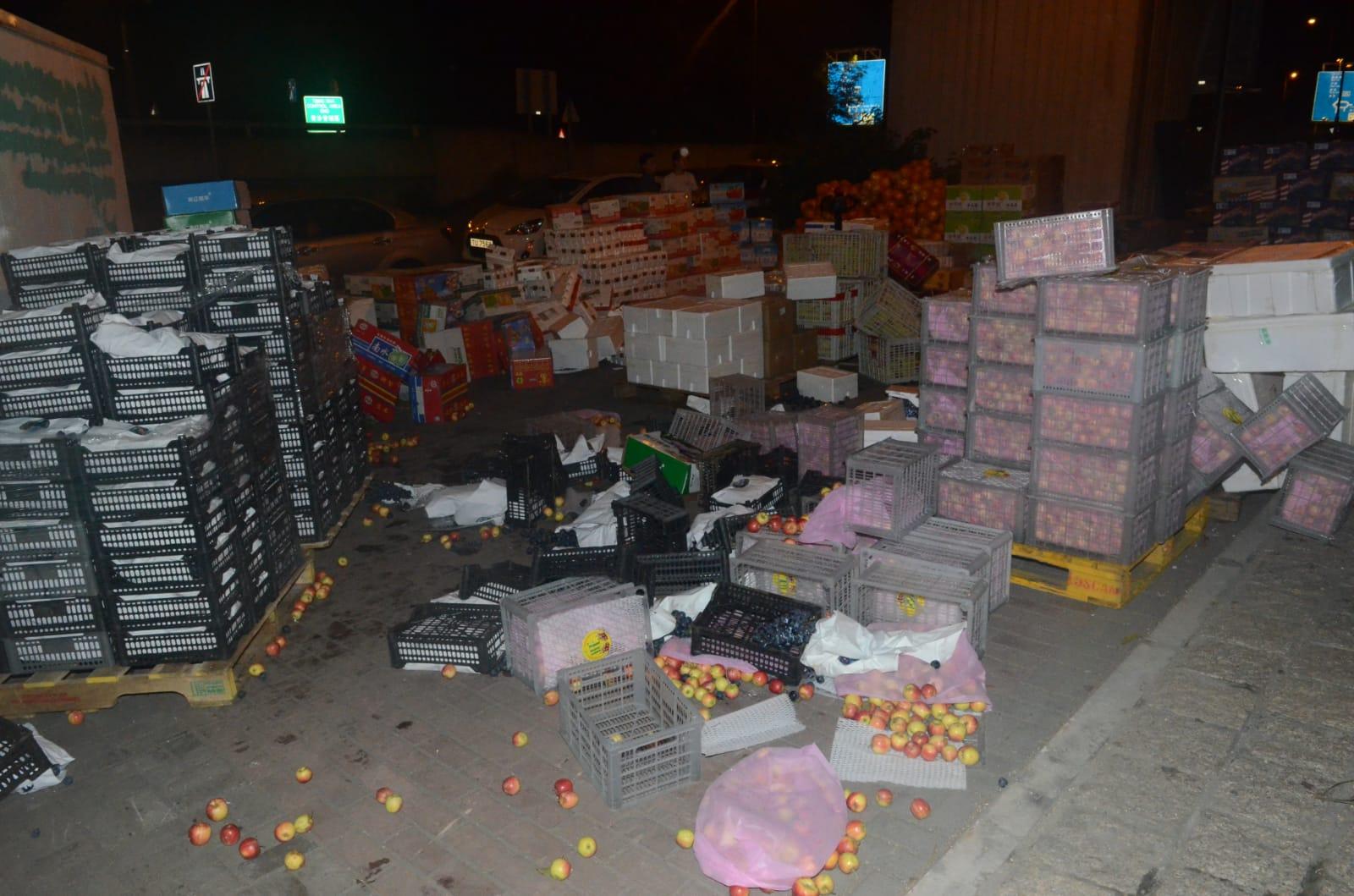 多箱生果被沾污,損失逾萬元。蔡楚輝攝